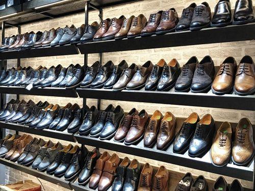 Giày là một phụ kiện thời trang không thể thiếu đối với nam giới. Một chiếc giày nam đẹp sẽ thể hiện đẳng cấp và gu thời trang của một chàng trai