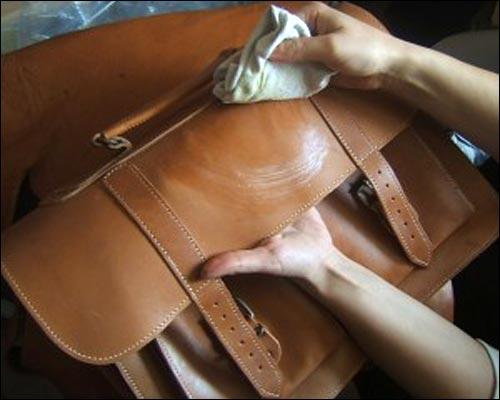 Cách làm sạch túi xách nam bằng cồn