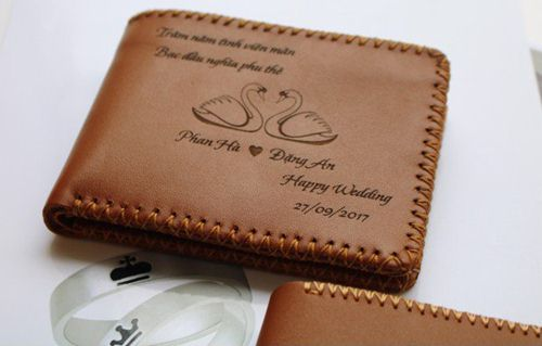 khắc tên lên ví da