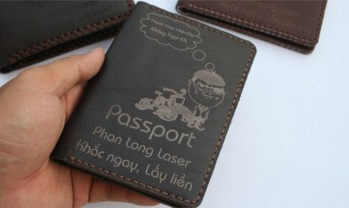 bao da passport khắc tên